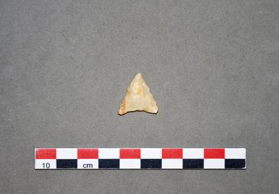 Pointe de flèche triangulaire à base concave