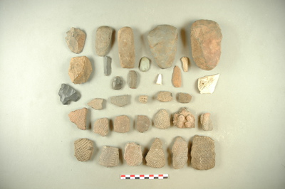 17 tessons, 4 haches taillées et polies, 10 éclat retouchés, 1 fragment d'os