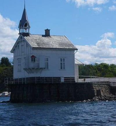 Fyr med klokketårn og sveitserdekor i Oslofjorden.