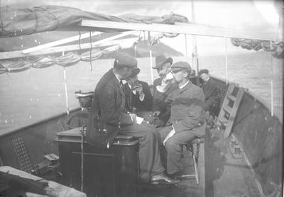 Severin Worm-Petersen og gruppe i båt