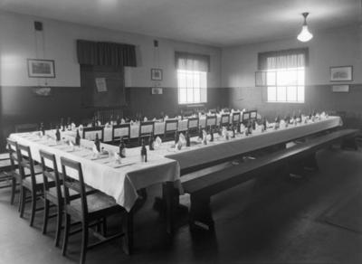 Ferdig dekkede langbord før tilstelning på Lilleborg Fabrikker
