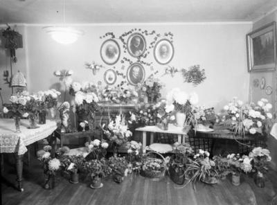 Stueinteriør med mange blomsterbuketter