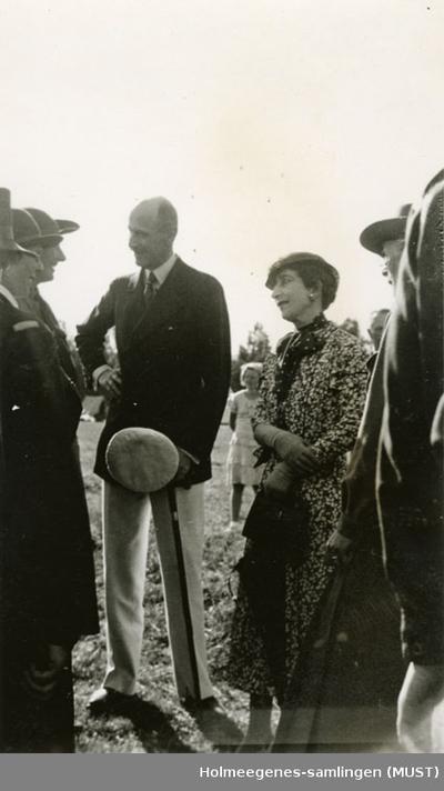 Kong Haakon VII og dronning Maud i samtale med noen kvinner på speiderleir i 1935