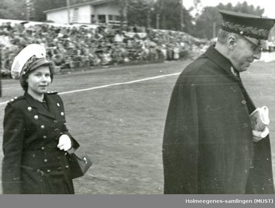 Utendørs foto av en politikvinne og -mann