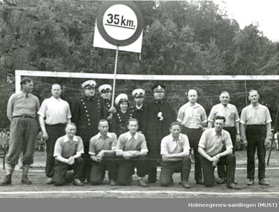 Politifolk og ikke-uniformerte mennesker foran et fotballmål
