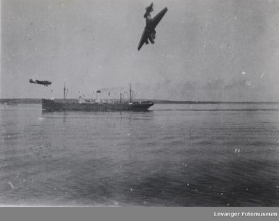 En tysk Junkers 52 styrter i havet