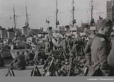 Tyske soldater landsatt ved havna i Olso
