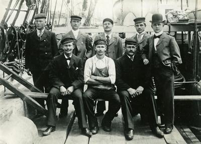 Deler av mannskapet ombord i fullrigger 'Ruby' (b