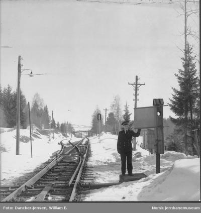 Togekspeditøren med signalflagg på Rudshøgda stasjon