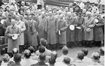 Mannskor sangere samlet foran publikum
