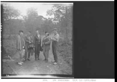 Fire kvinner og en mann i speiderklær