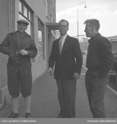 Tre menn på fortauet uten for gamle Sparekassa