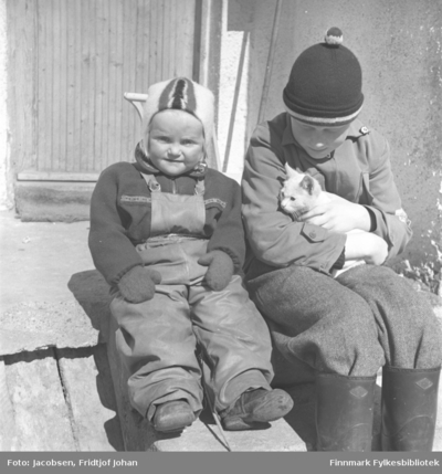 Arne Jacobsen med en kattunge på fanget