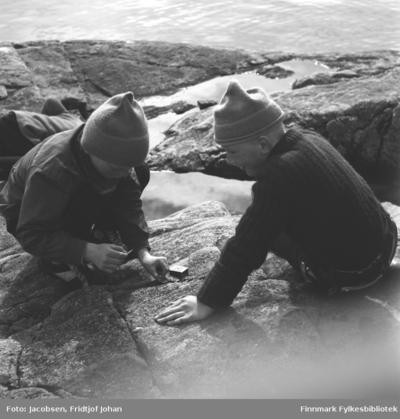 Tor Hansen og Ivar Jacobsen leker med fyrstikker i fjæra
