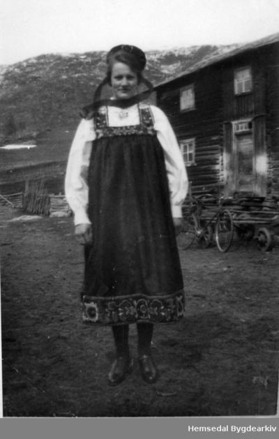 Signe Tuv på Tuv Nedre i Hemsedal ein gong på 1940-talet