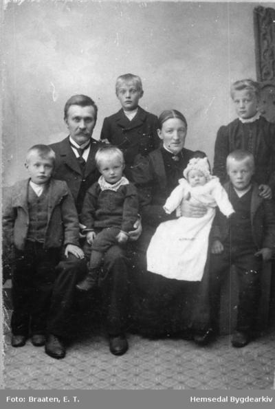 John og Gunhild Grøthe med familie i 1905