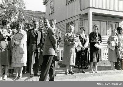 Foreldre venter på 17.maitoget, Kvaleberg skole.