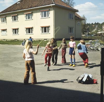 Foto av skoleelever som hopper tau i skolegården til Årvoll Skole