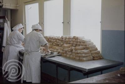 Pakking av fiskepudding på Bothners fabrikk