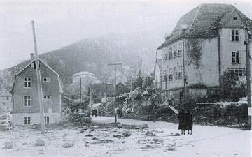 Bomber over Laksevåg i Bergen - Holen skole 1944