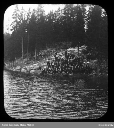 Stor gruppe menn ved bredden av Svartkulp