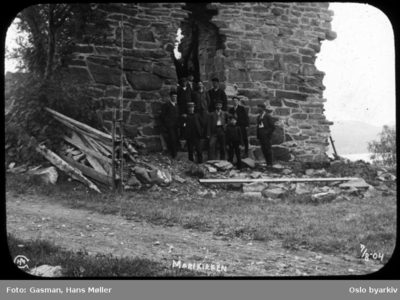 En gruppe menn i Mariakirkens ruiner i Maridalen