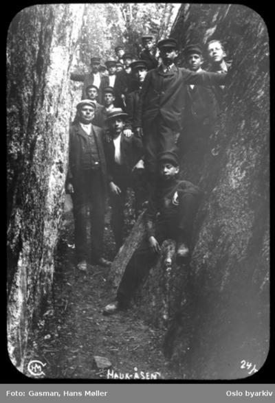 En gruppe menn i kløftene ved Hauktjern i Østmarka