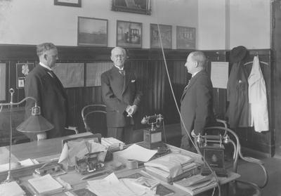 Dr. Holst, Prof. Pedersen og Lindbo på sykehusets kontor.