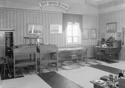 Handelsstandens utstilling av gammel og ny kontorinnredning fot. unner 75 års jubileet