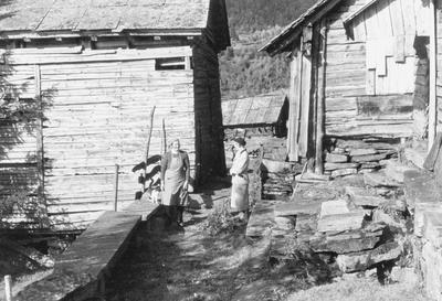 To kvinner foran bebyggelse - Reppen i Nesheim