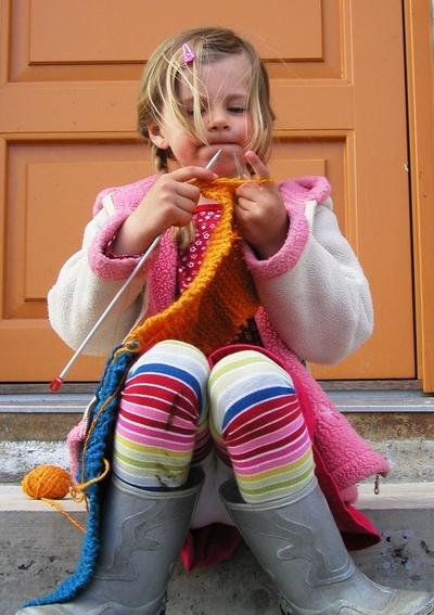 Fem år gamle Margit med sitt første strikketøy - et skjerf hun skal gi til sin farfar i bursdagsgave