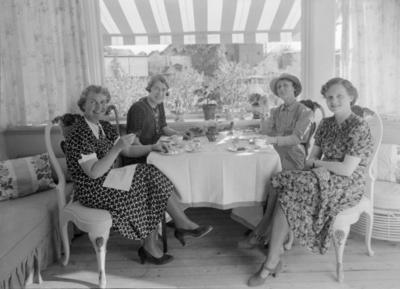 Fire kvinner i kaffeselskap