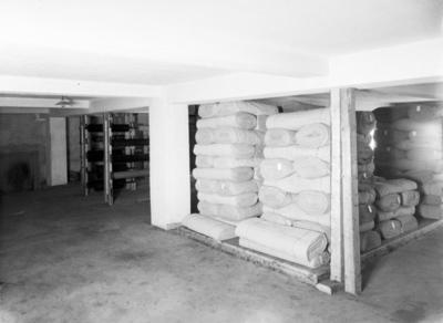Interiørbilde fra råvarelageret til regntøyprodusent Hansen & Co