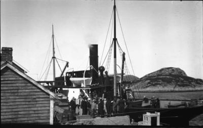 Bryllaupsfølgje på veg heim etter bryllaupet til Anna og Bernt Tistel med rutebåten Ds Gula