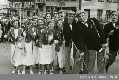 Jenter og gutter i russedrakt på torget i Stavanger