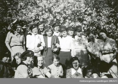 En stor gruppe kvinner med studenterluer utendørs