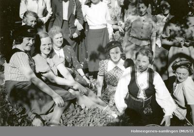 En gruppe kvinner utendørs med studenterluer