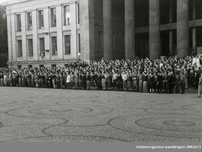 En menneskemengde utenfor Universitetet i Oslo