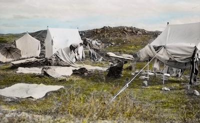 Fra foredragsrekken Landmålerlivet i Finnmark v/Axel Printz : Søndag i leiren med lufting av telt