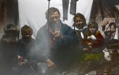 Fra foredragsrekken Landmålerlivet i Finnmark v/Axel Printz : Samefamilie på besøk i leiren