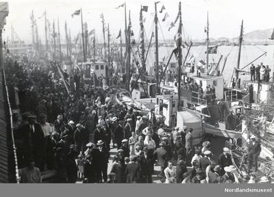 Folkemengde på kaia i Bodø