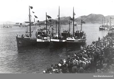 Skøyter i havna i Bodø med signalflagg og bjørkeris