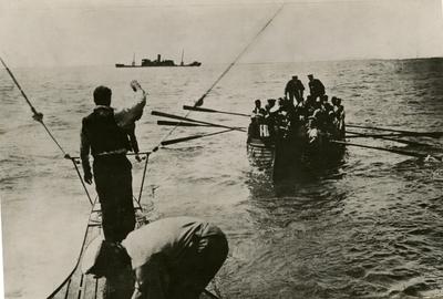 Mannskap fra et dampskip i en overfylt livbåt