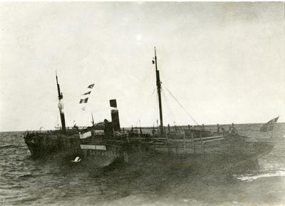 Det norske dampskipet Dania med heiste signalflagg