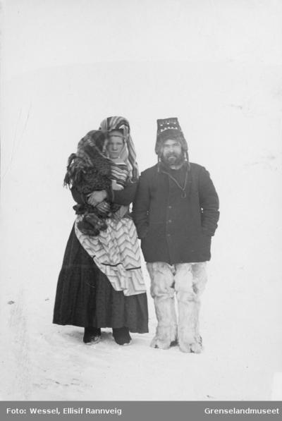 Karelerfamilie - En mann og en kvinne med et barn på armen