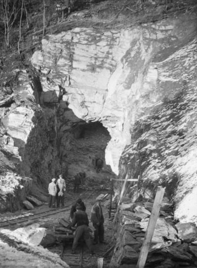 Krigsfanger i arbeid med øvre tunnellinnslag i Klinglierne