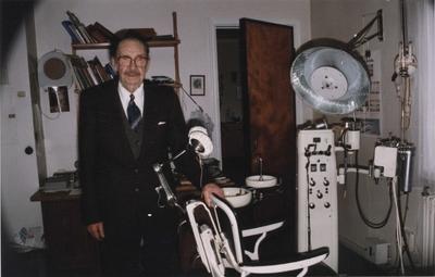 Haakon Bryhni ved sin Ritter tannlegestol i sitt kontor på Løkken