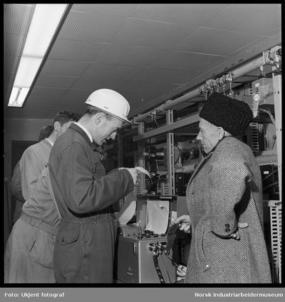 Sivilingeniør Jacobsen og Røed ved oscilloskop