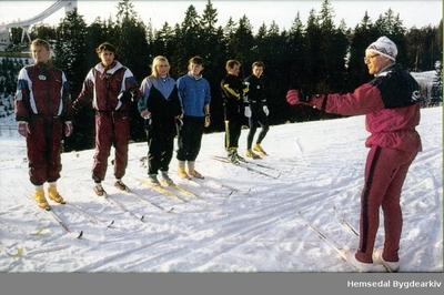 Olav Eikrehagen som trenar for damelandslaget