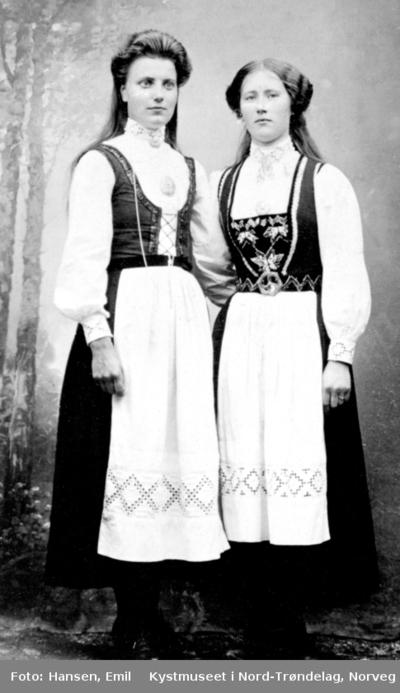 Embjørg Finne med søster i bunader